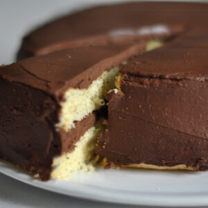 Biskuitkuchen mit Dark Chocolate Cream Cheese Frosting