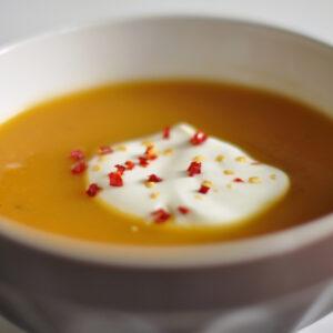 Fenchel-Möhren-Suppe mit Joghurt und Chili