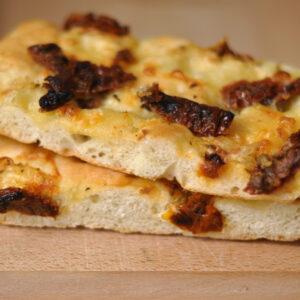 Focaccia mit Mozzarella und getrockneten Tomaten