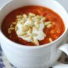 Suppe mit gerösteter Paprika, Linsen, Mascarpone und Pinienkernen