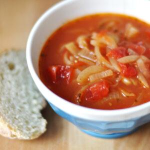 Tomaten-Zwiebel-Suppe mit Weißwein und Estragon