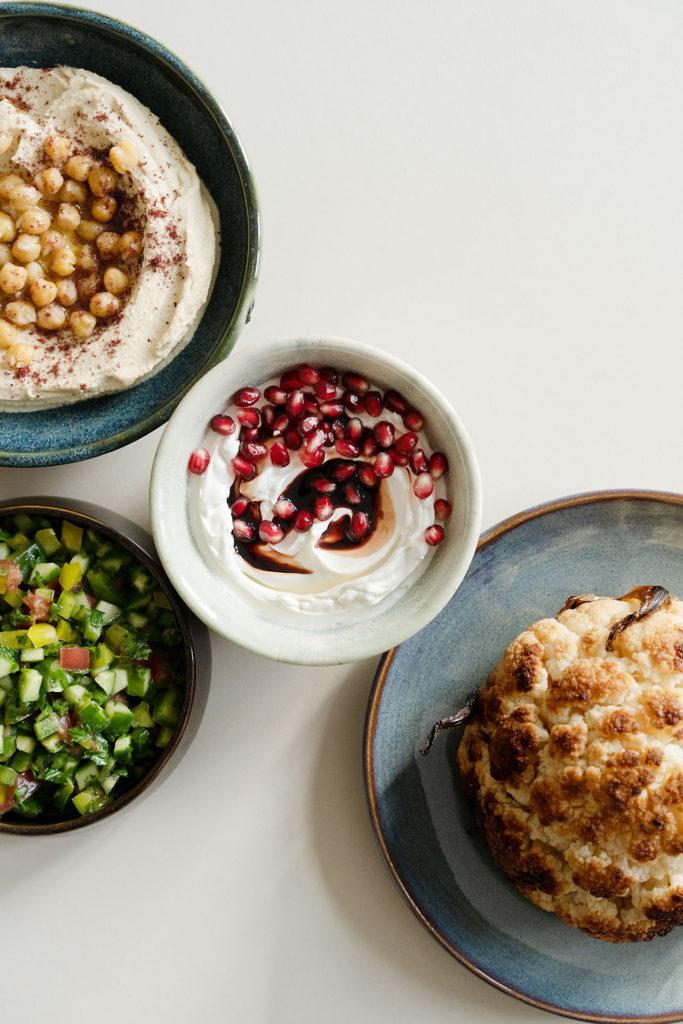 3x Meze: Labneh, Hummus und Salat aus Gurke, Tomate und Paprika