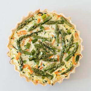 Gemüsequiche mit grünem Spargel, Zucchini, Lauch und Möhre