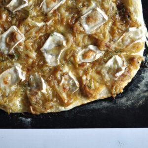 Flammkuchen mit karamellisierten Zwiebeln, Ziegenkäse und Thymian
