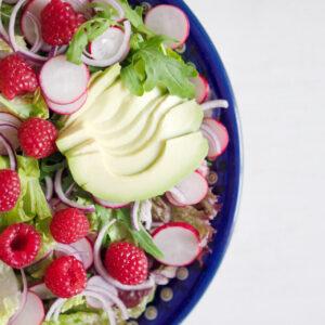Grüner Salat mit Avocado und Himbeerdressing