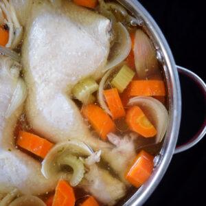 Klassische Hühnerbrühe mit Nudeln und Gemüseeinlage
