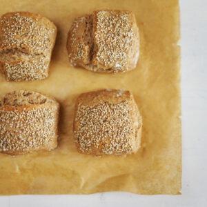 Mischbrötchen mit Weizen, Dinkel und Sesam