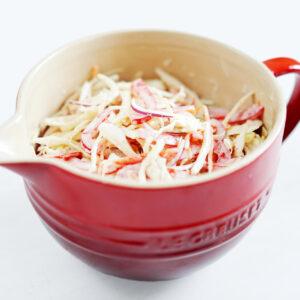 Scharfer Coleslaw mit Paprika, roter Zwiebel und Sriracha Sauce