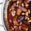 Tajine mit Rindfleisch, Mandeln und Datteln