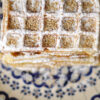 Buttermilch-Waffeln mit Honig und Sesam