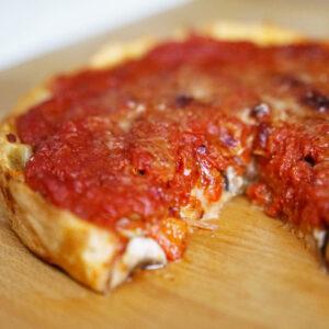 Chicago-style Pizza mit vegetarischer Füllung