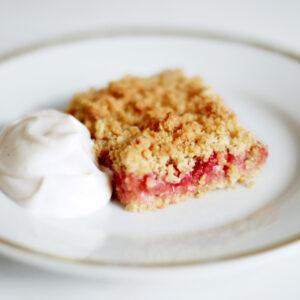 Erdbeer-Rhabarber-Streuselschnitten - Crumble Bars