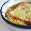 Überbackene Zwiebelsuppe mit roten und gelben Zwiebeln und Lauch
