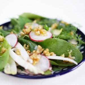 Wildkräuter-Salat mit Walnuss-Dressing