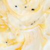 Créme-fraîche-Eis mit Passionsfrucht-Swirl