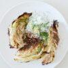 Gerösteter Spitzkohl mit zitronigem Joghurt, Dill und Sumach