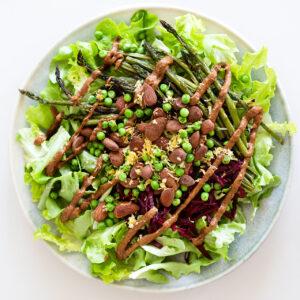 Salat mit grünem Spargel, Roter Bete, Erbsen und Mandeldressing