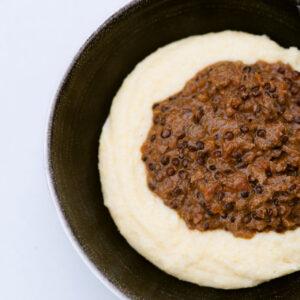 Gebackene Linsen-Pilz-Bolognese mit Kokosmilch und Polenta