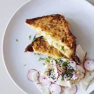 Herzhafter French-Toast mit Fenchel-Radieschen-Salat