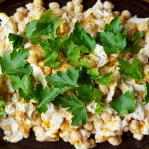 Pochiertes Hähnchenbrustfilet, Kichererbsen und Kürbis mit Joghurt-Tahini-Sauce
