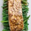 Gebackener Lachs mit Honig-Senf-Marinade und grünen Bohnen