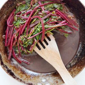 Geschmorte Rote Bete-Blätter und Spinat mit Balsamico