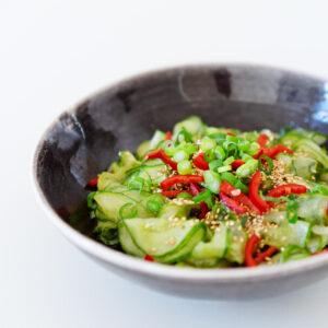 Gurkensalat mit Minze, Chili, Sesam und Sojasauce