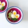 Kalte Rote Bete-Suppe mit Buttermilch und weichgekochtem Ei - Chłodnik