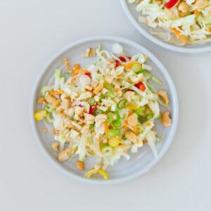 Krautsalat mit Spitzkohl, Kohlrabi, Cashews, Chili und Thai-Dressing