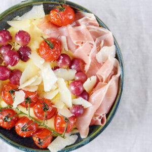 Polenta mit gerösteten Weintrauben und Tomaten, Parmesan und Parmaschinken