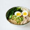 Asiatische Hühnersuppe mit Nudeln, Brokkoli, Enoki und Ei