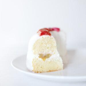Chiffon Cake mit Quark-Frischkäse-Creme und geröstetem Rhabarber