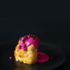 Ganzer gerösteter Blumenkohl mit Rote Bete-Tahini-Dip