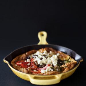 Herzhafter Ofenpfannkuchen mit Gemüse und Feta