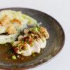 Japanische pochierte Hähnchenbrust mit Spitzkohl und würziger Sauce